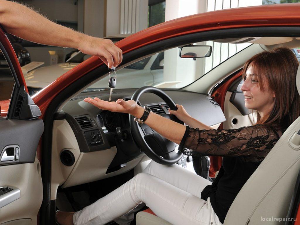 Тест-драйв автомобиля в автосалоне