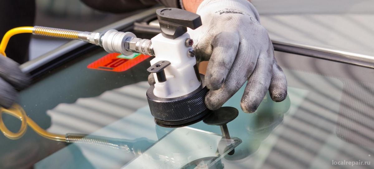 Ремонт сколов и трещин на лобовом стекле: цена и виды